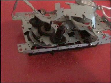 В эксперименте использовался стандартный китайский лентопротяжный механизм (ЛПМ) от сломанной двухкассетной магнитолы.  Из половинки ЛПМ на одном из тонвалов сделан привод двух вращающихся разбалансированных шестерен, другая половина ЛПМ является шасси, опорой всей конструкции и опорой для неподвижной шестерни. Двигатель ( 9 V, Japan ) и тонвал расположены в штатных местах ЛПМ, привод тонвала - через штатный пассик.